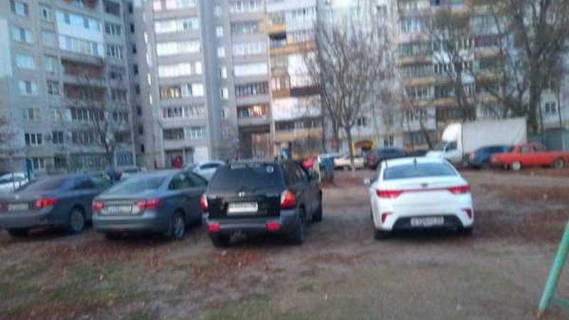 В Брянске ущемленные автомобилисты захватили детскую площадку
