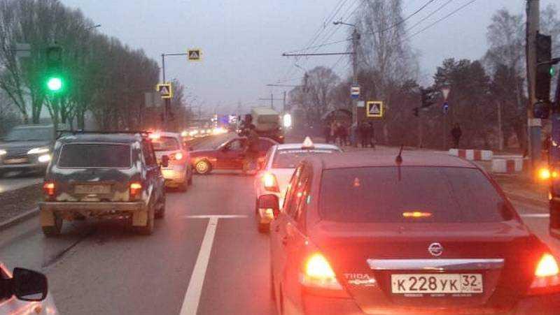В Брянске военный на своей машине перекрыл Московский проспект