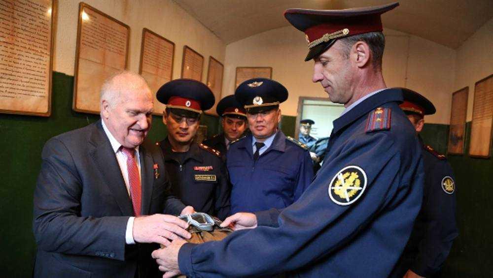 Виктор Афанасьев подарил брянскому СИЗО старый шлем и планшет Камозина