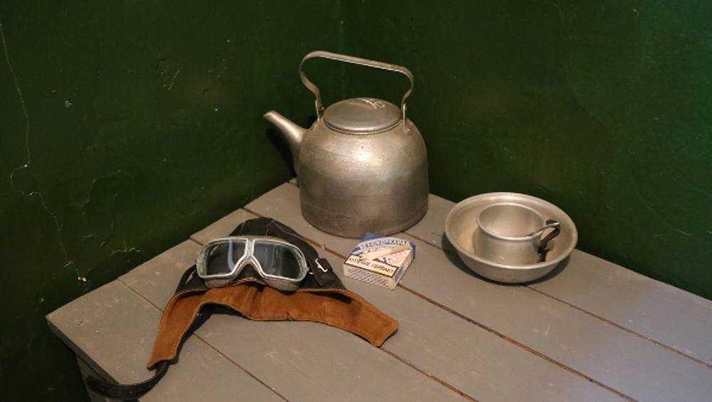 Брянский космонавт подарил музею в СИЗО старый шлем и планшет Камозина