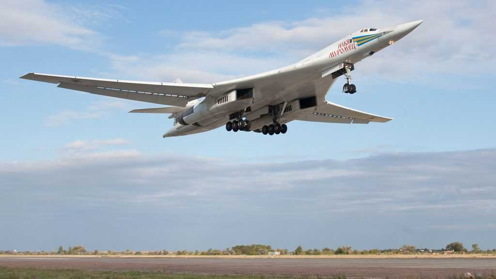 Российский тяжелый самолет опозорил истребитель США