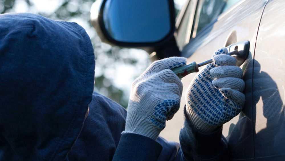В Жуковском районе вор обчистил неисправный автомобиль