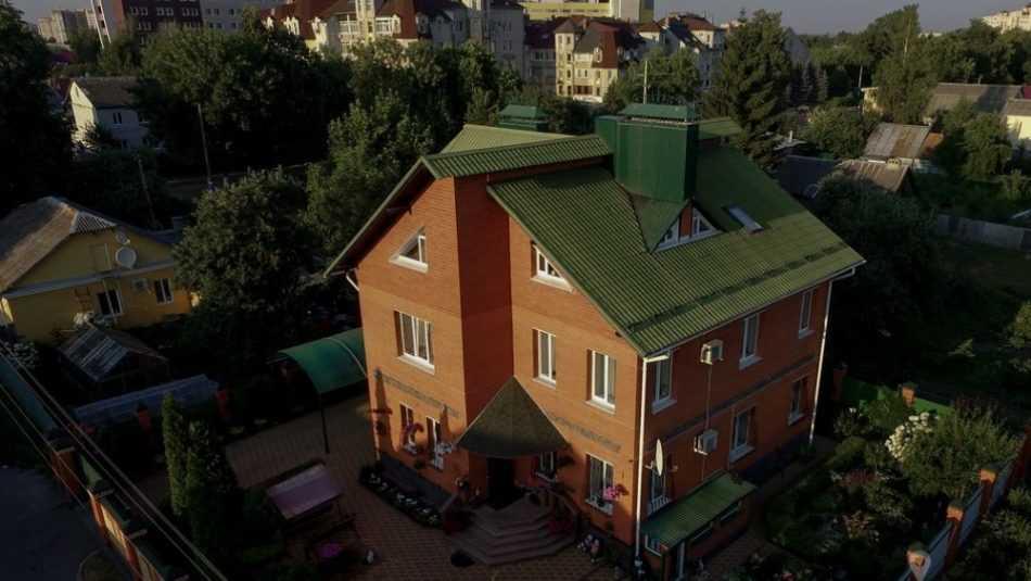 В Брянске особняк с бассейном продают за 35 млн рублей