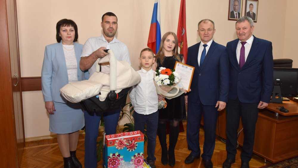 В Брянске 75-тысячный сертификат на маткапитал вручили семье Бизюковых