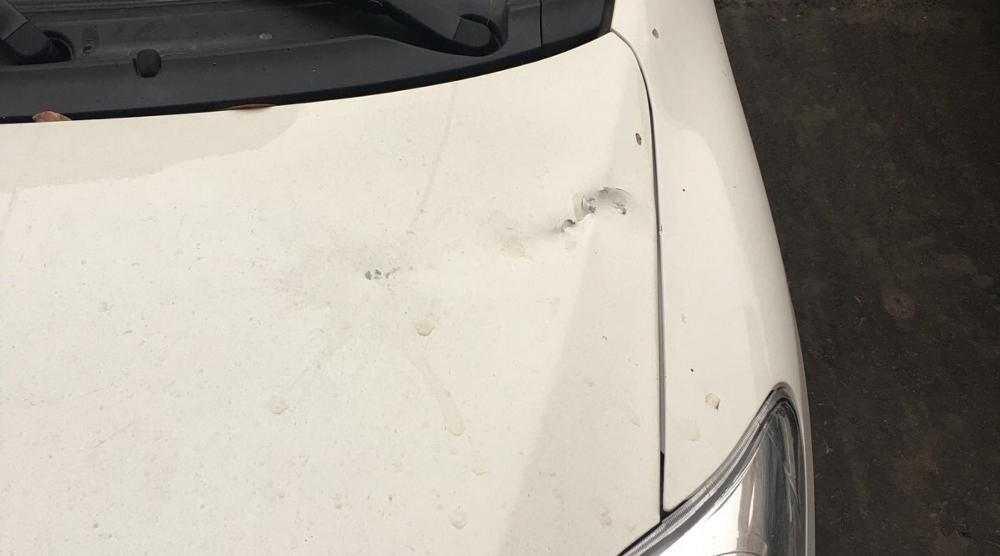 В Брянске с балкона кинули пивную бутылку в припаркованную «Тойоту»