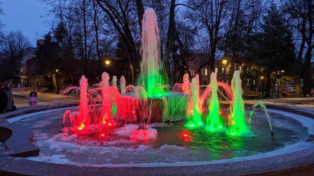 Жителей Брянска восхитила красота обледеневшего фонтана
