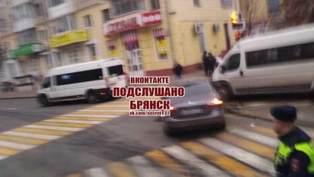 В Брянске на проспекте Ленина столкнулись маршрутка и легковой автомобиль