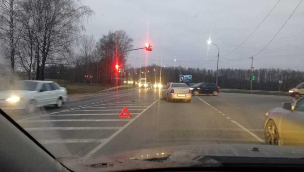 Под Брянском у светофора не поделили дорогу две легковушки