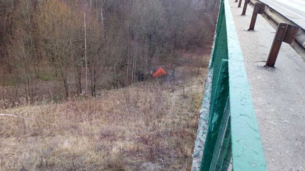 Под Брянском грузовик слетел с высокого моста