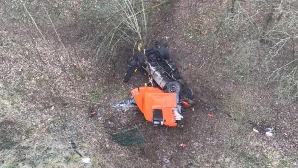В Брянском районе водитель упавшего с моста тягача сломал рёбра и нос