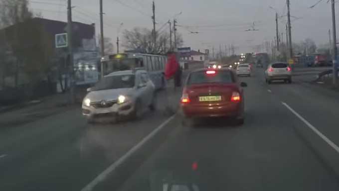 В Брянске сняли страшное видео наезда автомобиля на девушку