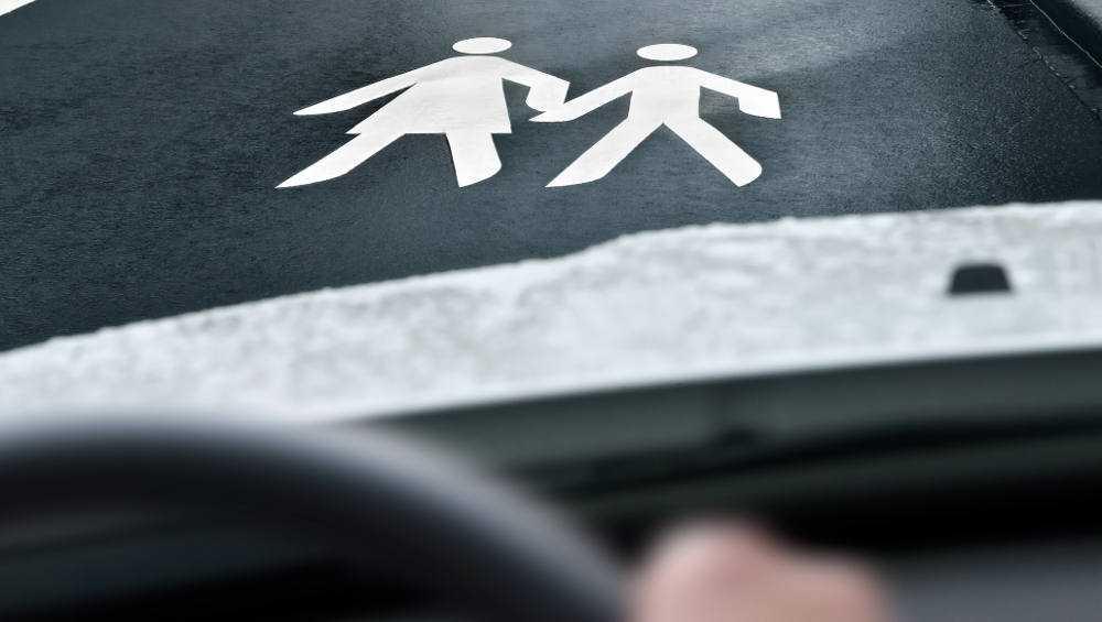 В Брянске начали поиск свидетелей наезда белого джипа на мать с ребенком