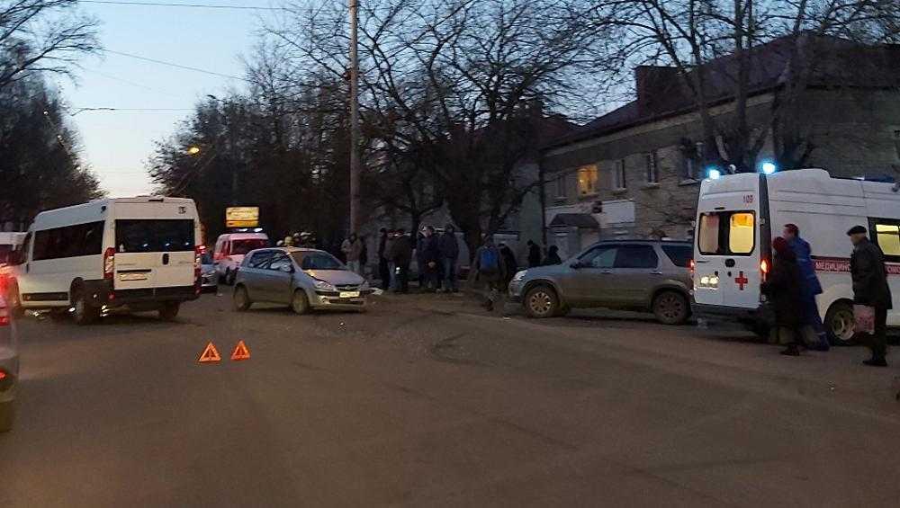 В Брянске в ДТП на Красноармейской пострадали три пассажирки маршрутки