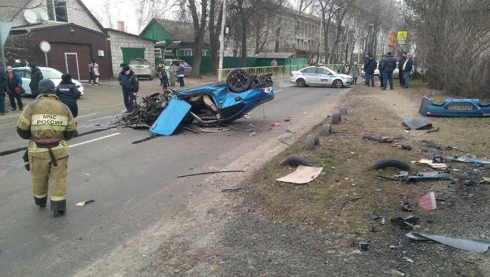 В Брянске лихач на BMW протаранил два автомобиля и гараж