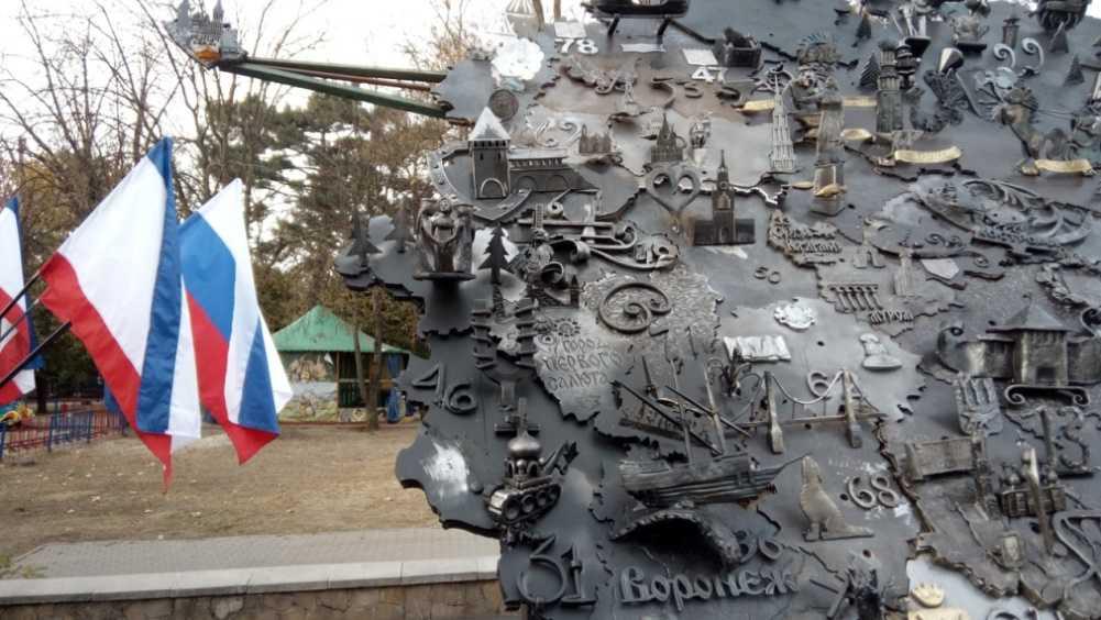 Брянский кузнец с коллегами создали в Крыму уникальную карту России