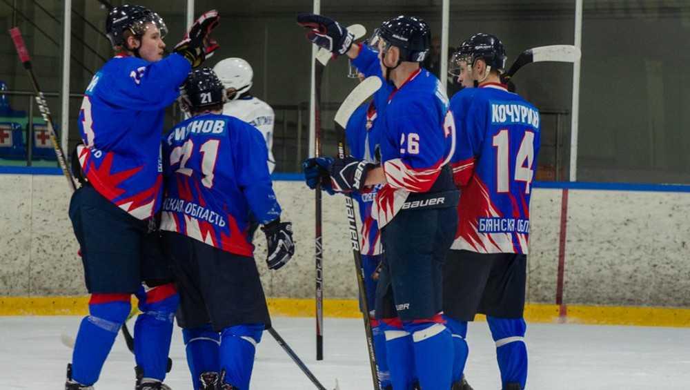 Брянские хоккеисты выиграли шесть домашних матчей и вышли в лидеры