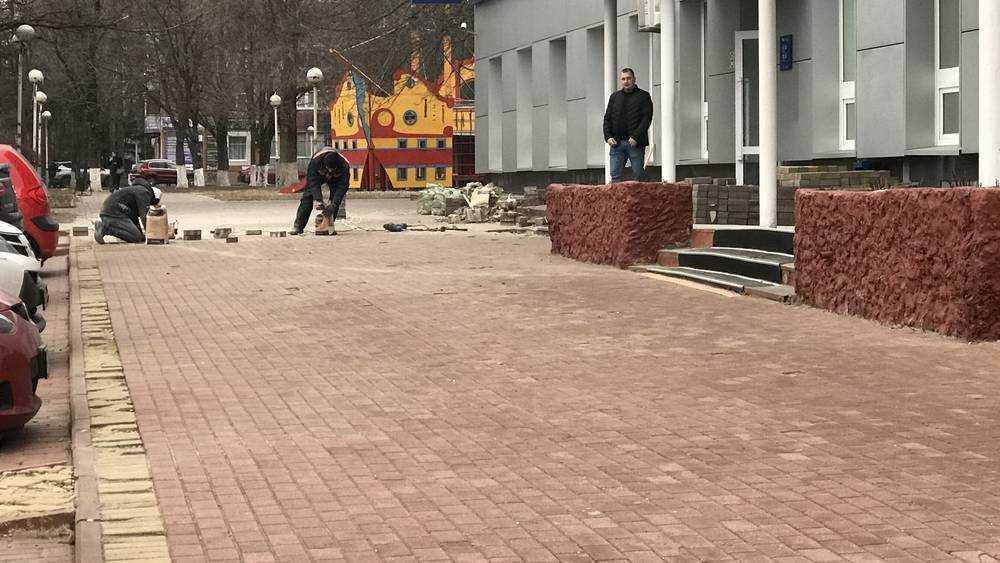 В Брянске возле цирка заменили выщербленный тротуар