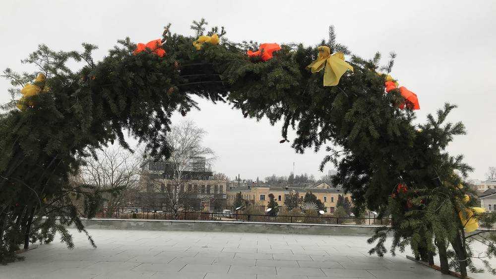 Возле Брянской филармонии установили елочные арки
