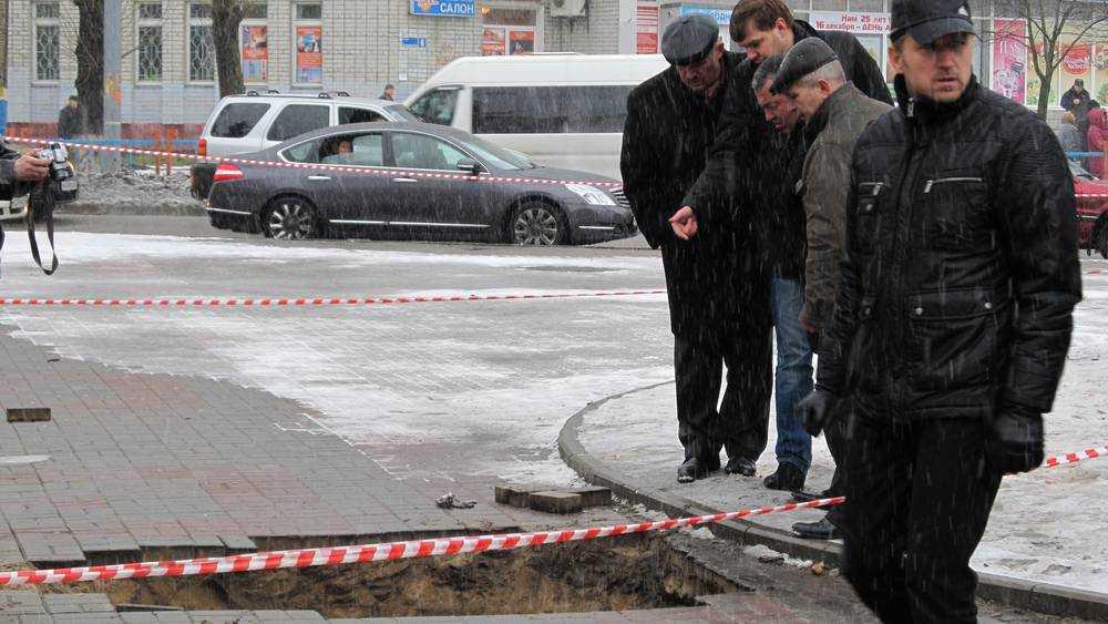 Брянцы потребовали проверить коллекторы рядом с провалом у «Линии»