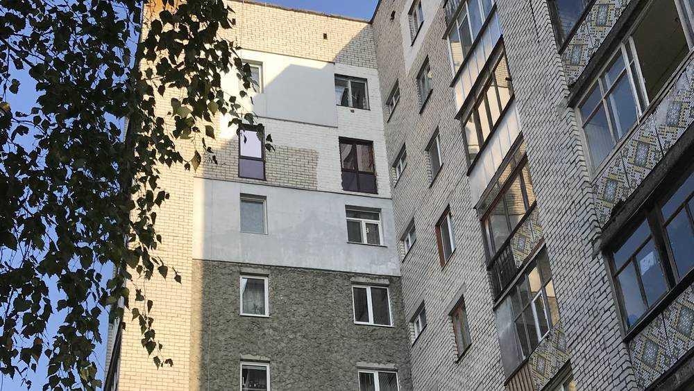 Жители Брянска ради моды стали превращать окна в двери