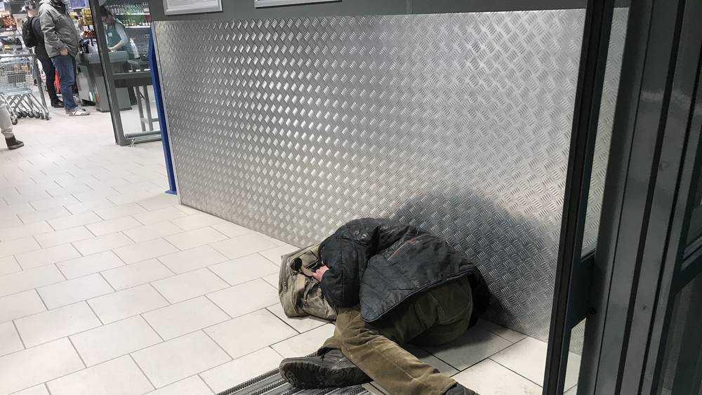 Ночующий под люком на теплосетях брянский бомж стал повелителем крыс