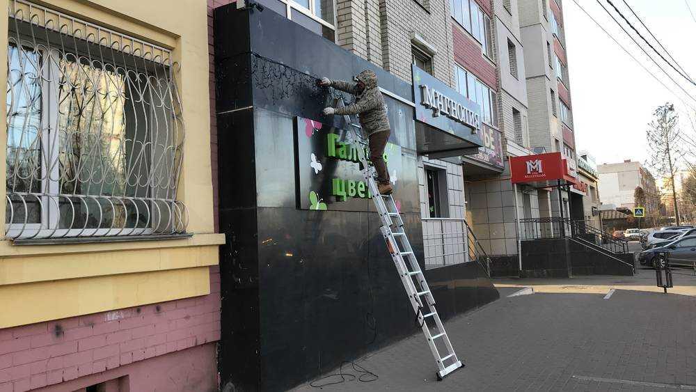 В Брянске коммерсанты начали украшать здания к Новому году