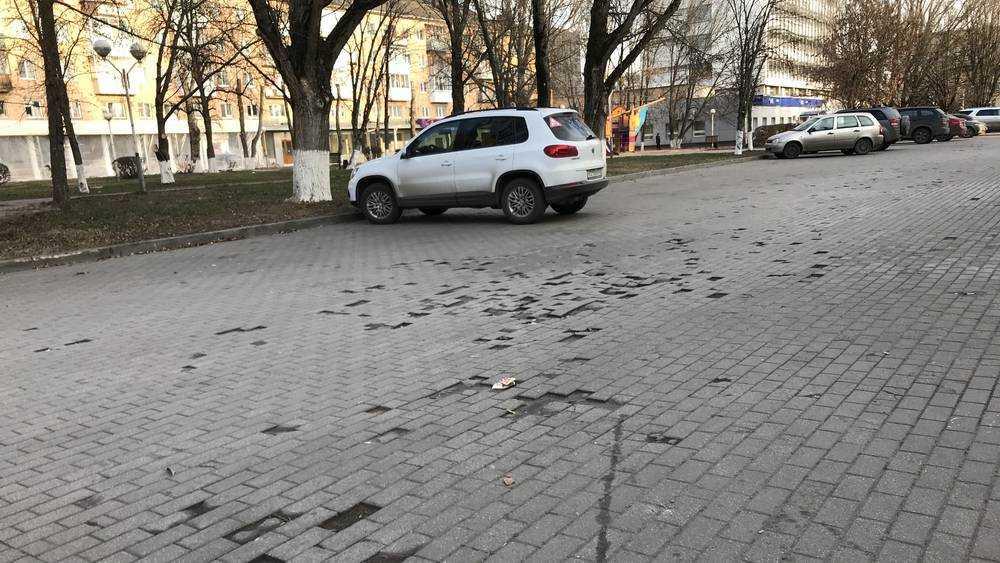 В Брянске тротуарную плитку закатали асфальтом