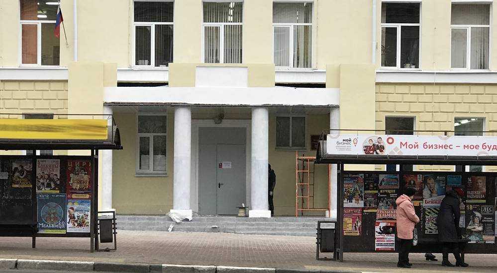 В Брянске восстановили крыльцо строительного колледжа