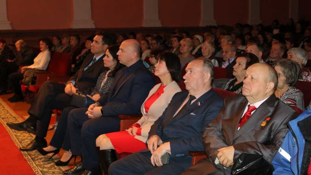 В Брянске женщин с Днём матери поздравили концертом