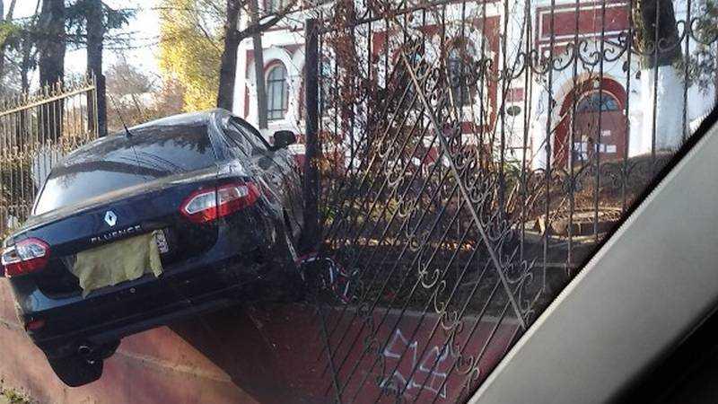 В Брянске вызвал поток шуток «залетевший» в наркодиспансер автомобиль