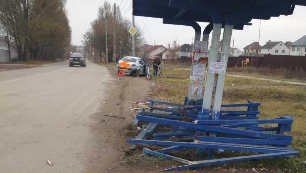Легковушка протаранила остановку в Брянске