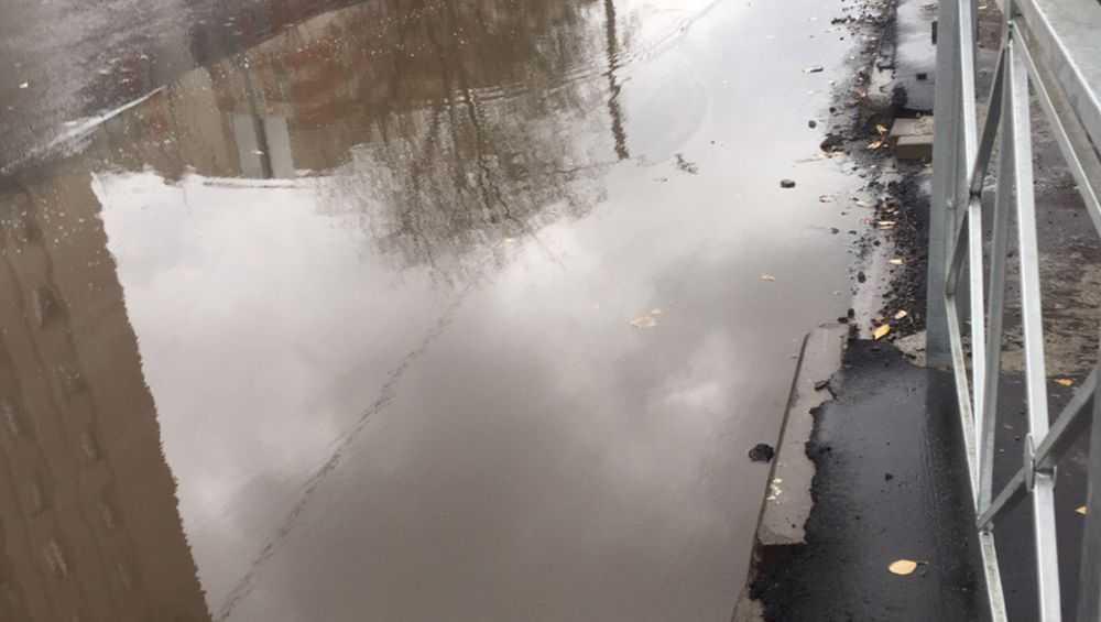 В Московском микрорайоне Брянска новая дорога ушла под воду