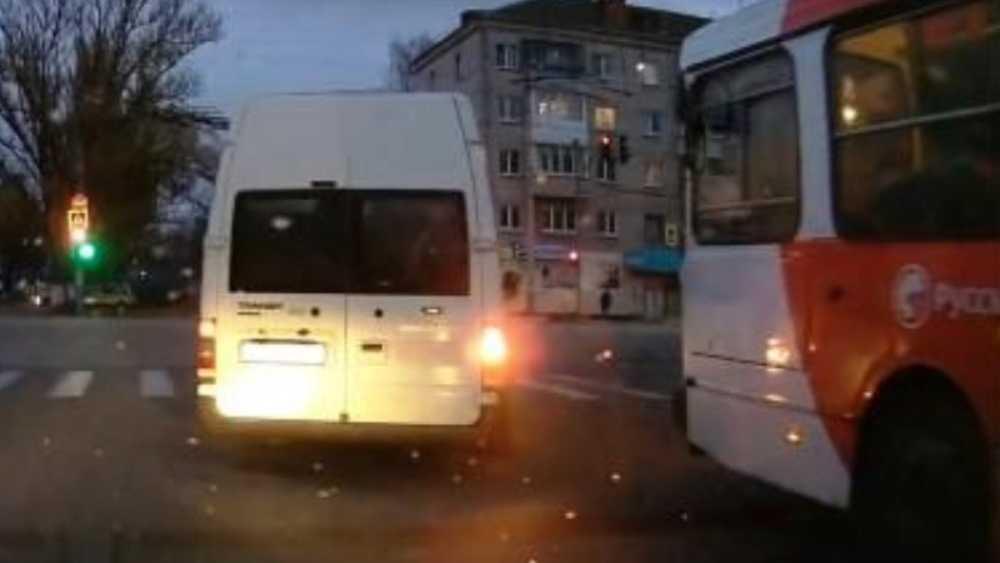В Брянске водителя микроавтобуса наказали за опасный маневр на дороге