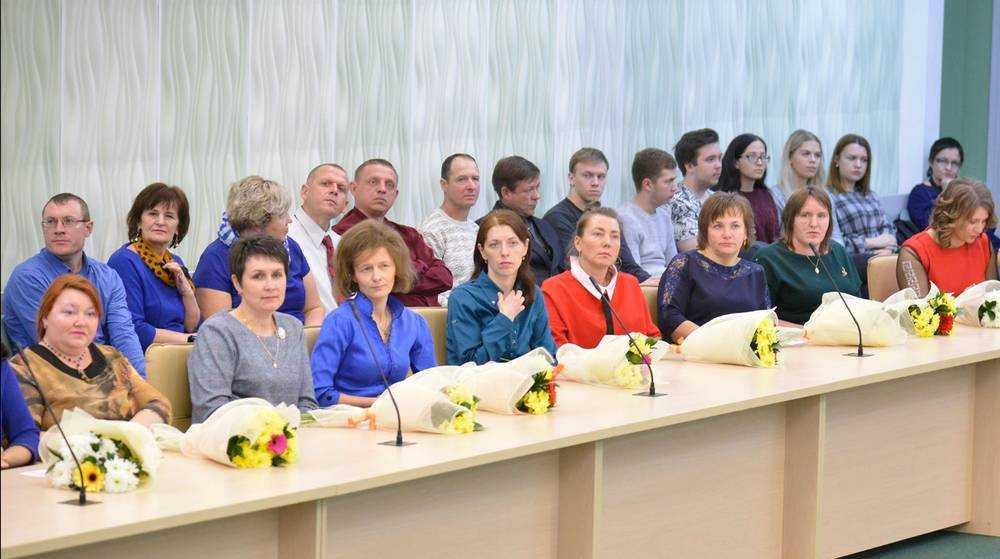 Брянских мам поблагодарили и поздравили в правительстве области