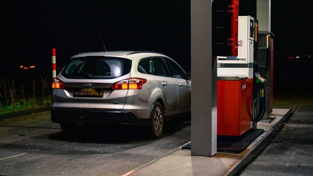 Правительство планирует запретить поставки дешевого бензина