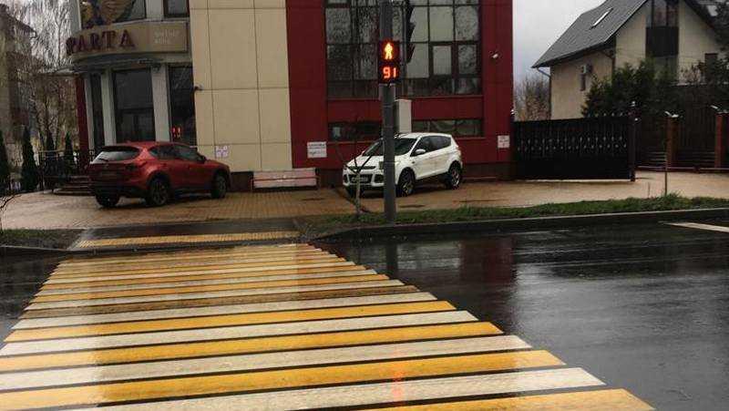 Жители Брянска придумали новый способ перехода опасной дороги