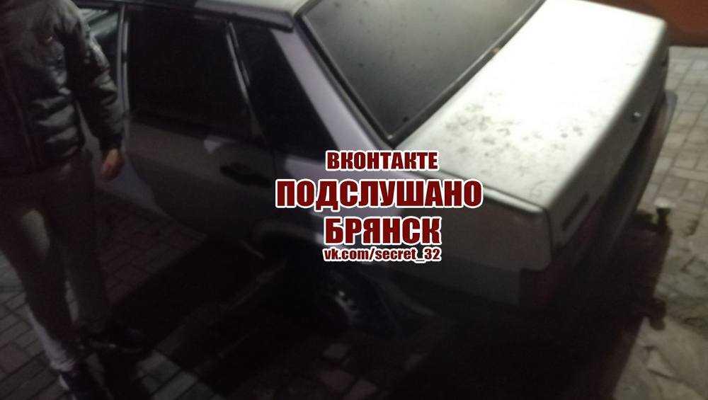 В Брянске автомобиль провалился в пустоту под тротуарной плиткой