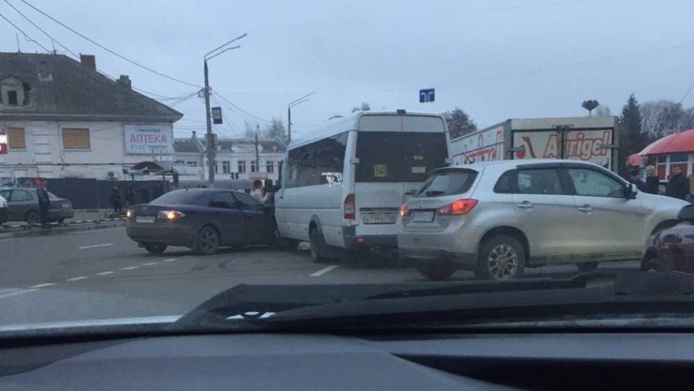 В Брянске возле автовокзала маршрутка попала в ДТП