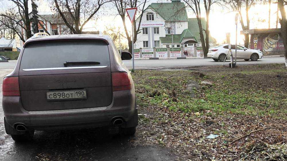 Владелец Porsche рассказал, зачем охраняет дорожную камеру в Брянске