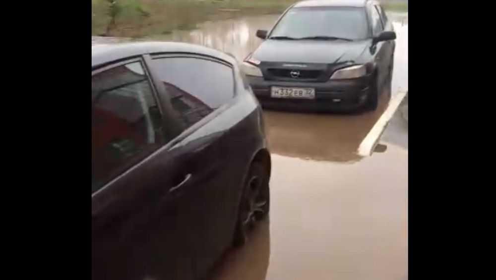 В Брянске автомобили залила горячая вода из лопнувшей трубы