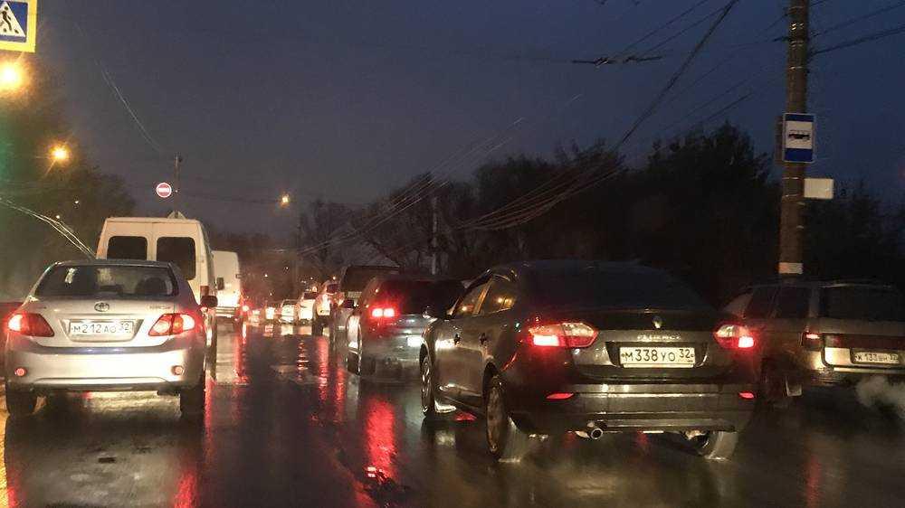 В Брянске обнищавшие автомобилисты выстроились в 5-километровую пробку