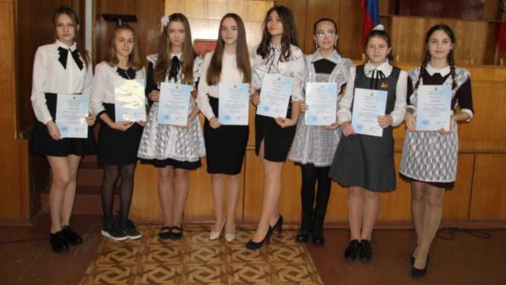 В Брасовском районе 10 школьниц наградили именными стипендиями