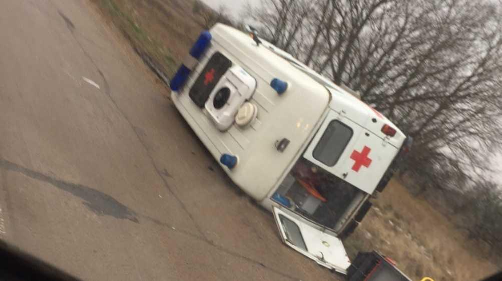 Под Брянском в перевернувшейся скорой помощи пострадали 2 человека
