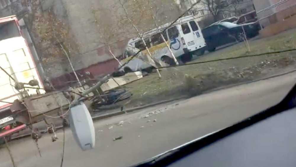 В Фокинском районе Брянска столб рухнул на дорогу