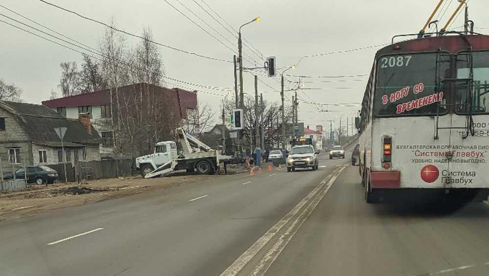 Возле депо в Бежице установили новый светофор