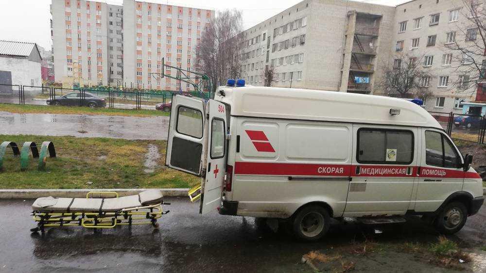 Жителям Брянска пришлось ломать забор для скорой помощи