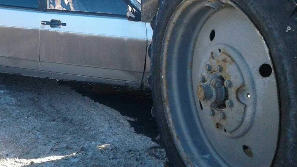 Под Стародубом «Москвич» врезался в трактор с прицепом