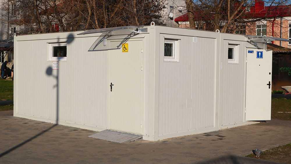 Полиция начала поиск вандалов, разгромивших туалет в парке Брянска