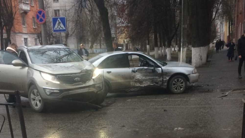 В Брянске на перекрёстке возле БГТУ столкнулись легковушки