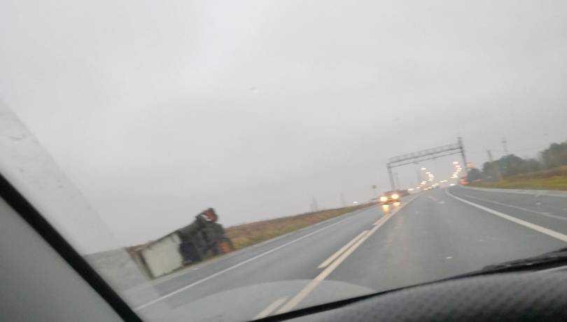 На брянской трассе перевернулся грузовик